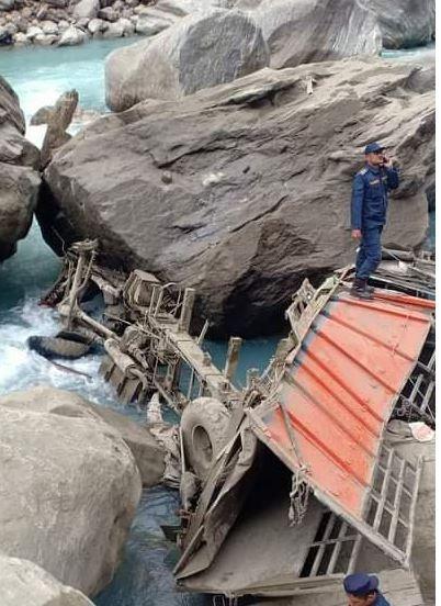 मनाङमा ट्रक दुर्घटना हुँदा एकै परिवारका तीनसहित ५ जनाको मृत्यु