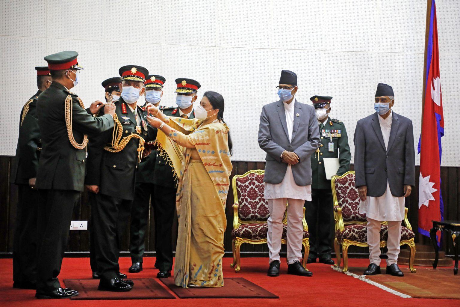 राष्ट्रपति भण्डारीद्वारा नवनियुक्त प्रधानसेनापति शर्मालाई दर्ज्यानी चिह्न प्रदान